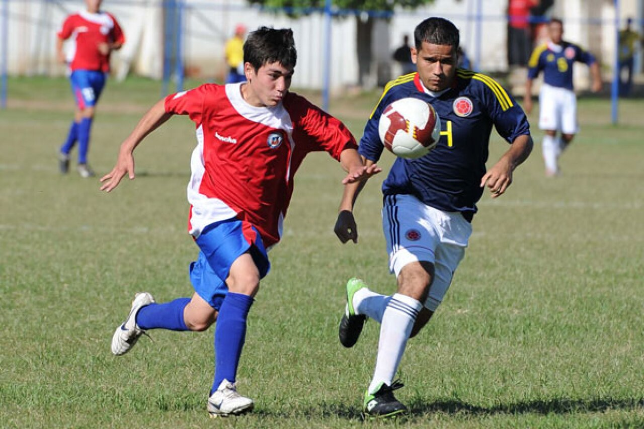 600x400-copa-2011-two-footballers-chase-ball.jpg