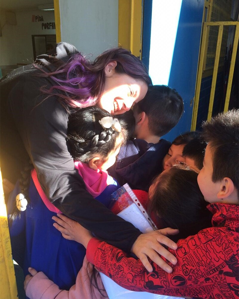 La Dra. Camila atendiendo a niños.