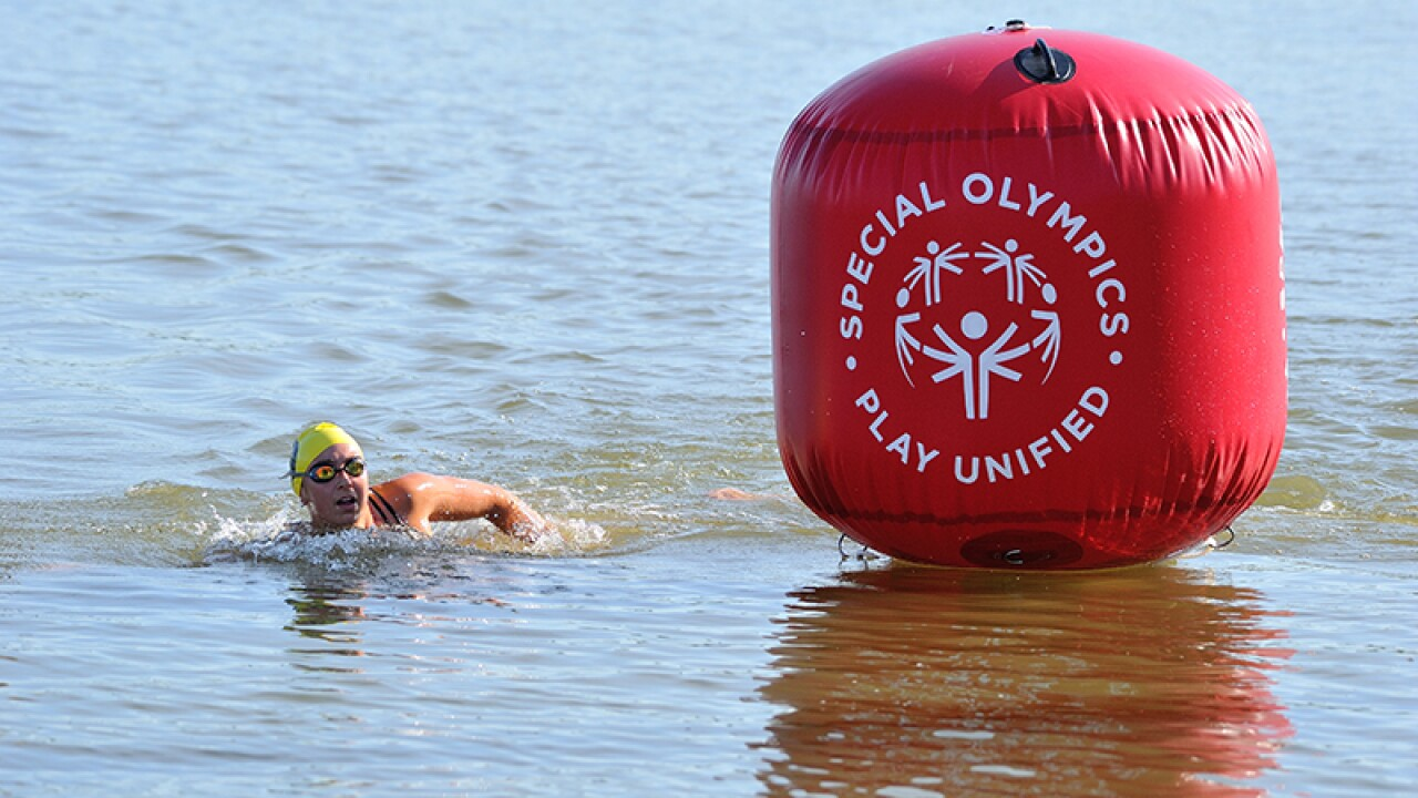 Athlete rounds a Special Olympics Play Unified themed buoy.