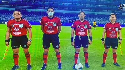 Equipo de árbitros del Campeonato Nacional de Fútbol en el campo de juego, vistiendo uniformes con el logo de Olimpiadas Especiales Ecuador.