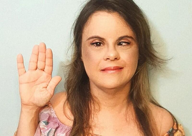 Fernanda Honorato sonriente y haciendo la pose del juramento para el Día Internacional de la Mujer.