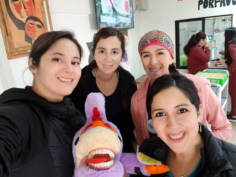 Dra. Camila (izquierda), junto a parte de su equipo médico.