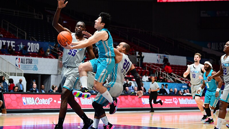 Mikami Hayato, Special Olympics Japan, goes for a basket against his favorite NBA player Dikembe Mutombo.