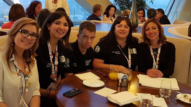 Ana Aloe junto a Jóvenes Líderes de Olimpiadas Especiales Argentina y colegas de Olimpiadas Especiales.