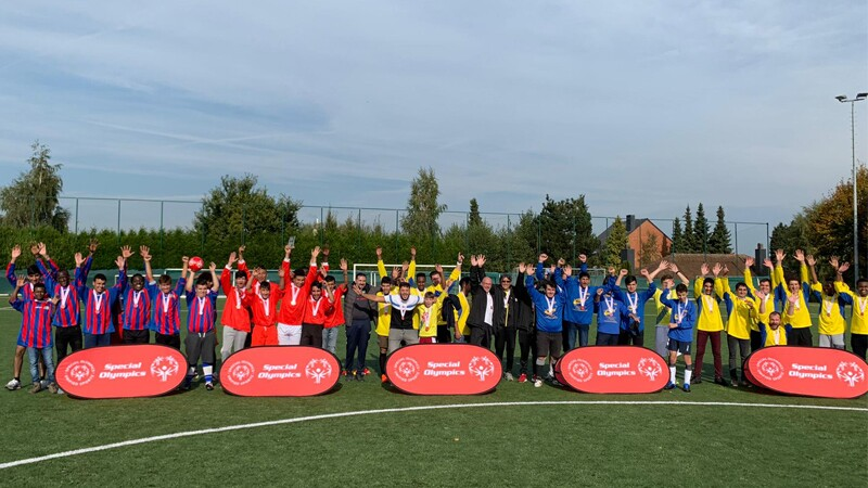 Five teams of Special Olympics Belgium athletes and Unified Partners standing side by side for a group photo.