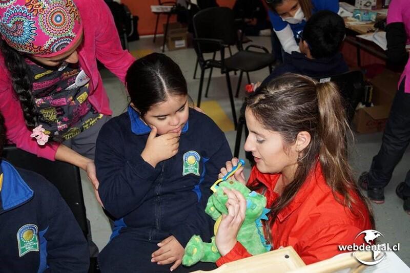 La Dra. Camila enseñando higiene dental a una pequeña paciente.
