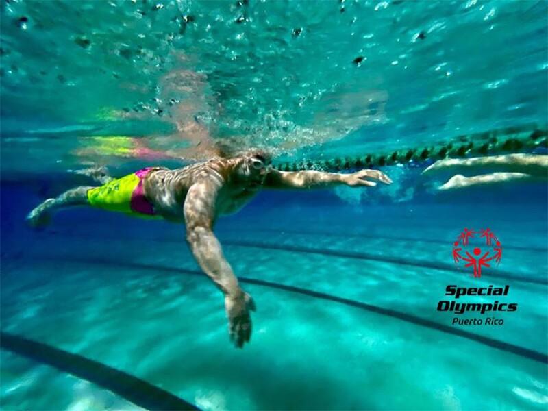Underwater picture of Joel Matos swimming in a pool during Brazadas por la Inclusión 2020.