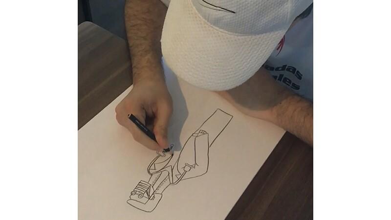 Isaac dibujando sus robots durante el Festival de Talento Olimpiadas Especiales América Latina 2020.