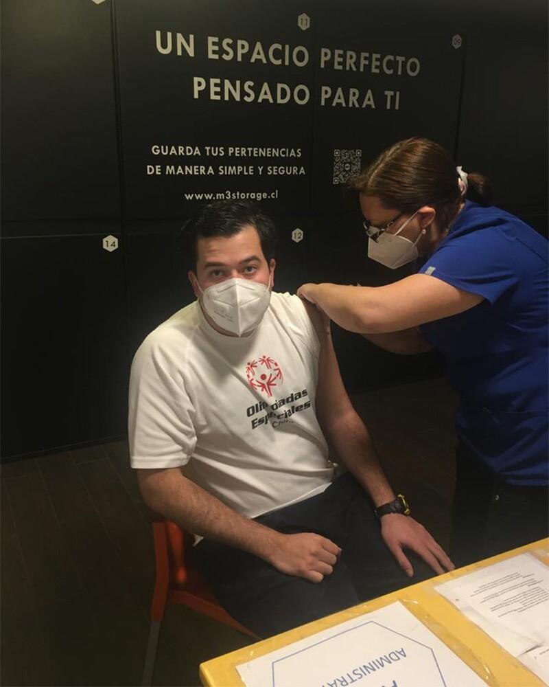 Isaac es vacunado contra COVID-19 por una enfermera.