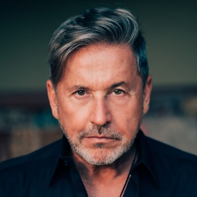 Ricardo Montaner stoically staring at the photographer.