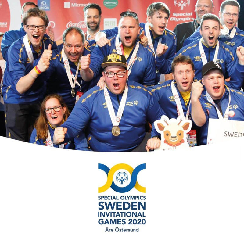 A group of Swedish athletes in a group cheering; at the bottom of the photo is the logo for Special Olympics Sweden Invitational Games 2020 Östersund and Åre
