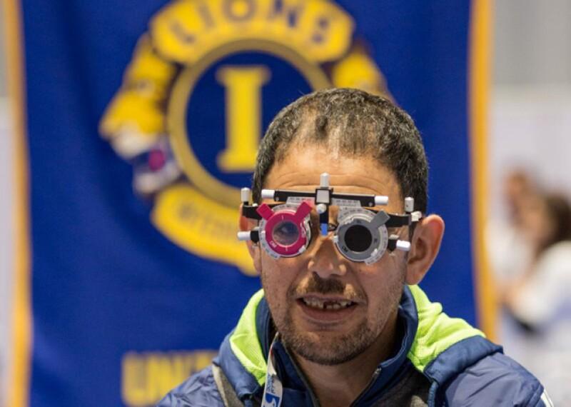 Atleta de Olimpiadas Especiales recibe revisión oftalmológica del programa Abriendo Tus Ojos, apoyado por Fundación Club de Leones Internacional.