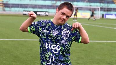 Atleta de Olimpiadas Especiales El Salvador porta la camiseta de fútbol de edición limitada diseñada por atletas de Olimpiadas Especiales.
