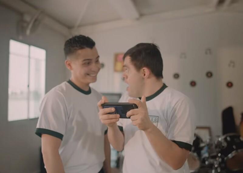 """Jaime Cruz con su amigo, el cantautor RAVVA, en video de """"Desde Que Te Vi""""."""