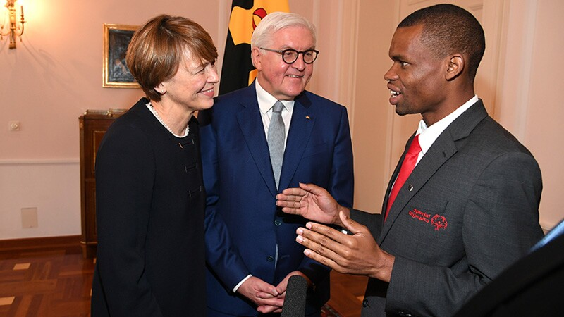 Nyasha speaking to Elke Büdenbender, First Lady of Germany and Frank-Walter Steinmeier, President of Germany.