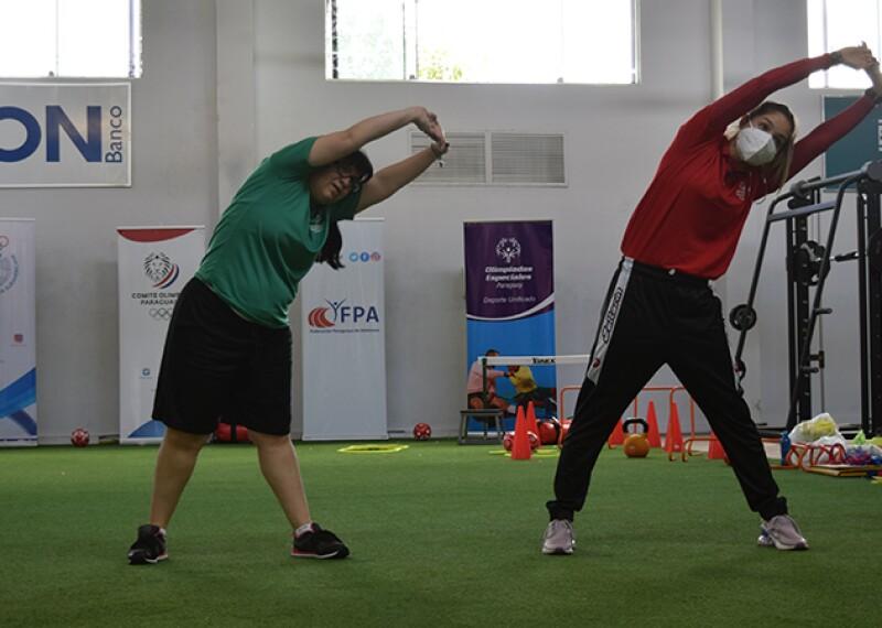 Atletas de Olimpiadas Especiales entrena junto a Mariza Karabia, Embajadora de Olimpiadas Especiales Paraguay y Atleta Olímpica.