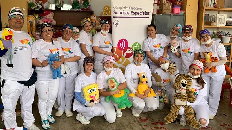 Dra Denisse y su equipo, voluntarios médicos de Sonrisas Especiales - Atletas Saludables.jpg