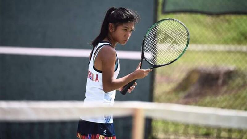 Diana Monterroso jugando tennis, enfocada en su contrincante.