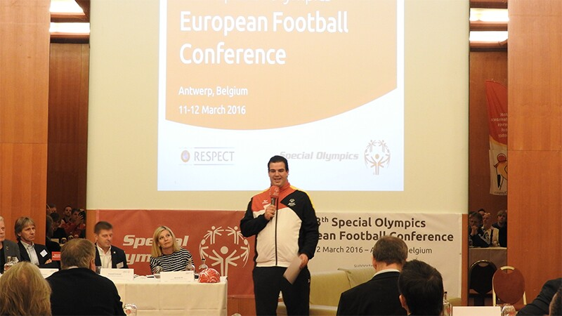 Kris van der Haegen standing in front of the audience presenting to an audience. A projector on the screen behind him reads: European Football Conference; Antwerp, Belgium; 11-12 march 2016