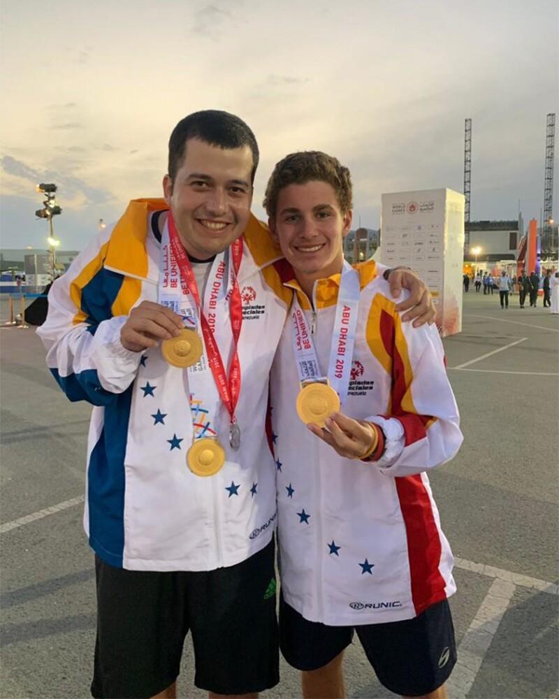 Isaac González y su Compañero Unificado Antonio Sinopoli posan con medallas ganadas en Juegos Mundiales Abu Dabi 2019.